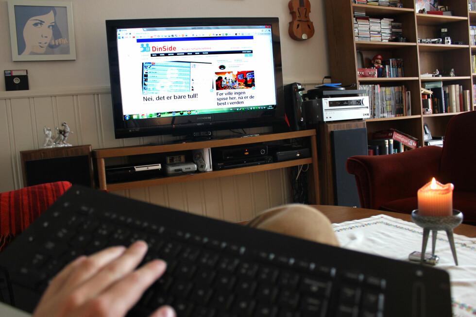 SMART: Får du lov av eventuelle samboere, er det lite som slår en god, gammel PC koblet til TV-en. Med et trådløst tastatur med innebygget styreflate og 720p-oppløsning på PC-en er det ingen problem å styre hva det skulle være. PC-en er forøvrig her mellom TV-en og forsterkeren, men kan selvfølgelig skjules bedre for de som måtte ønske det. Vi har såpass mange andre dingser (til tross for at vi egentlig ikke trenger dem lenger) at det vanskelig lar seg gjøre... Foto: Ole Petter Baugerød Stokke