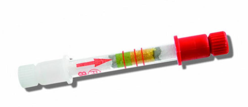 Slik kan alkotesteren se ut. Denne fra alcosense.co.uk viser grønnfarge i tuben når du har alkohol i utåndingsluften. Passerer fargen den nederste streken, har du over 0,2 promille, passerer den den midterste streken måler det cirka 0,5. Foto: Produsenten