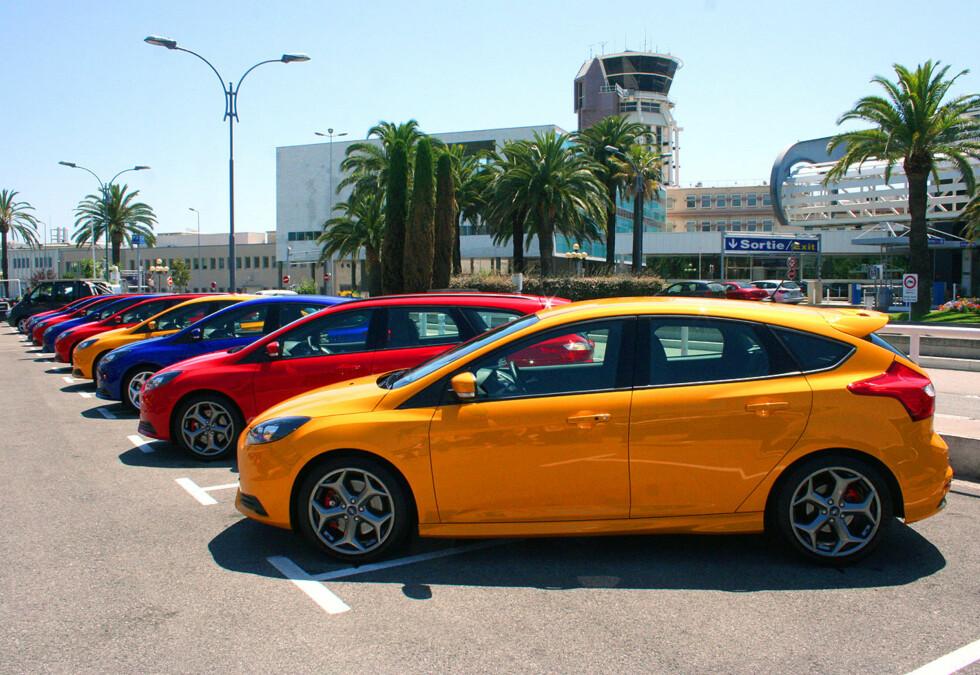 BEST I KLASSEN: Her står de forskjellige versjonene av nye Ford Focus ST ved flyplassen i Nice. Vi ble ikke skuffet - i denne kategorien finnes ikke noe bedre alternativ i dag. Foto: Knut Moberg