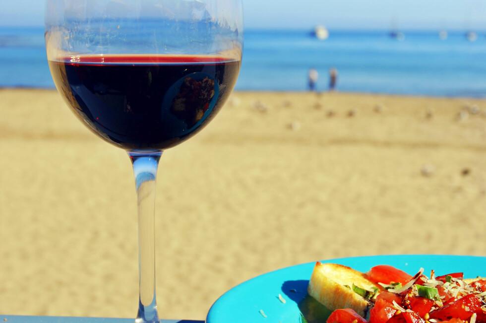 Skal dy nyte alkohol eller en bedre middag på restaurant, er dette dyrest hjemme i Norge.  Foto: PantherMedia / Karin Lau