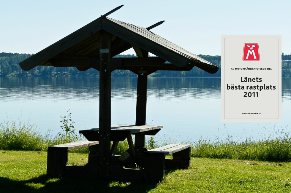 BRA RASTEPLASS: Svenske Motormännen har testet 270 svenske rasteplasser og har kåret de beste rasteplassene i hvert fylke. Bildet er fra en rasteplass ved sjøen Siljan i Dalarna, Sverige. Foto: Motormännens Riksförbund