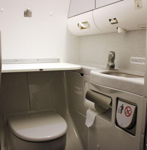 MEST BAKTERIER: Ifølge studiet er det mest bakterier ved flytoalettet. Ved lange flyvninger går det fort en stund før toalettet blir grundig rengjort. Foto: Silje Ulveseth