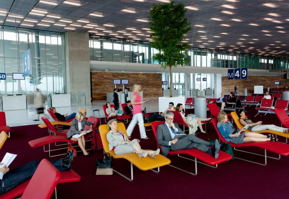 Ved enden av gaten kan du hvile deg i en stolseng mens du nyter utsikten av A380-fly utenfor. Foto: www.seignettelafontan.com