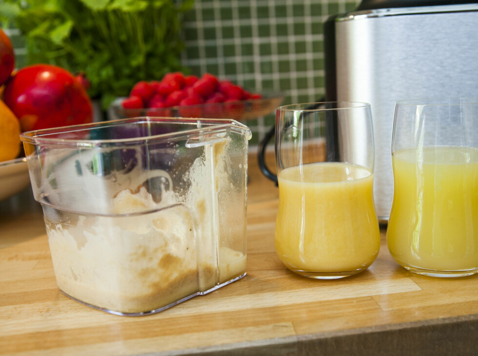 Juicer du ulike frukt, med ulik konsistens, vil de også komme ut i tur og orden, uten å blande seg helt, som her. Mangojuice (med litt eple) til venstre, eplejuice til høyre. Skummet ligger igjen, ved hjelp av det praktiske skillet.  Foto: Per Ervland