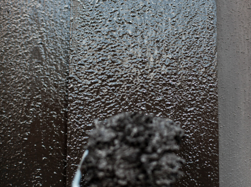 Malingsrullen etterlater en mey mer knudrete overflate enn det plankene opprinnelig har. Bruker du en fordriverpensel for å stryke ut malingen, unngår du den cellulittlignende overflaten. Foto: Kristian Owren / Ifi.no