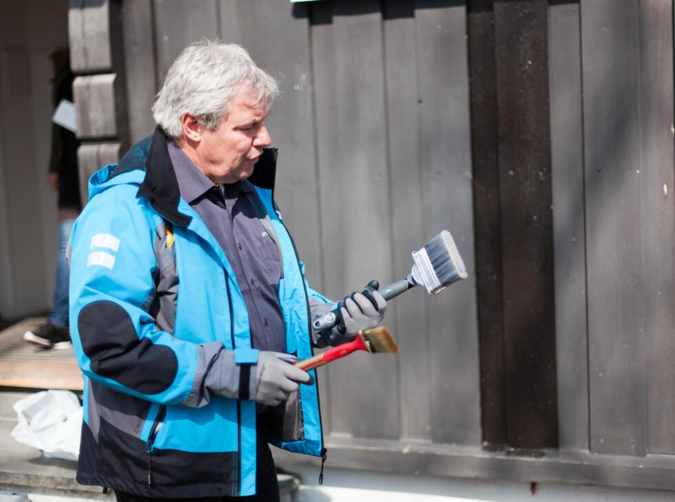 Det er viktig å ha verktøyet i orden! Den brede penselen er fin til å stryke ut maling, mens den mindre og krumme, gjør det enklere å male i kriker og kroker, for eksempel på siden av plankene.  Foto: Kristian Owren / Ifi.no