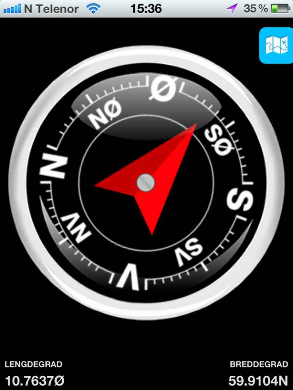 Appen inneholder et fullt kompass med lengde- og breddegrader og en pil som viser hvor du skal gå.