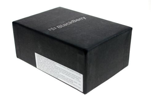 IKKE LETT: Du får BlackBerry Bold 9790 i en pen eske. Men du er ikke ferdig når du har mottatt den. Du må nemlig ordne en egen tilleggstjeneste først.  Foto: Ole Petter Baugerød Stokke