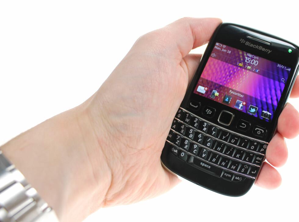 UFFDA: BlackBerry Bold 9790 ser bra ut, og oppfører seg tidvis bra. Men den ødelegges av ting som er idiotisk for privatpersoner.  Foto: Ole Petter Baugerød Stokke