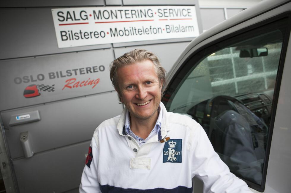 Hans Christian Andersen foran bilen som skal få MediaDAB installert.  Foto: Per Ervland
