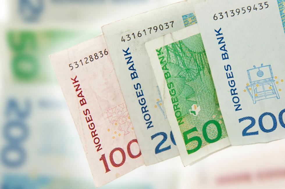Den skotske banken RBS gir deg mulighet til å ta ut penger i minibanken, ved hjelp av bankens mobil-applikasjon.