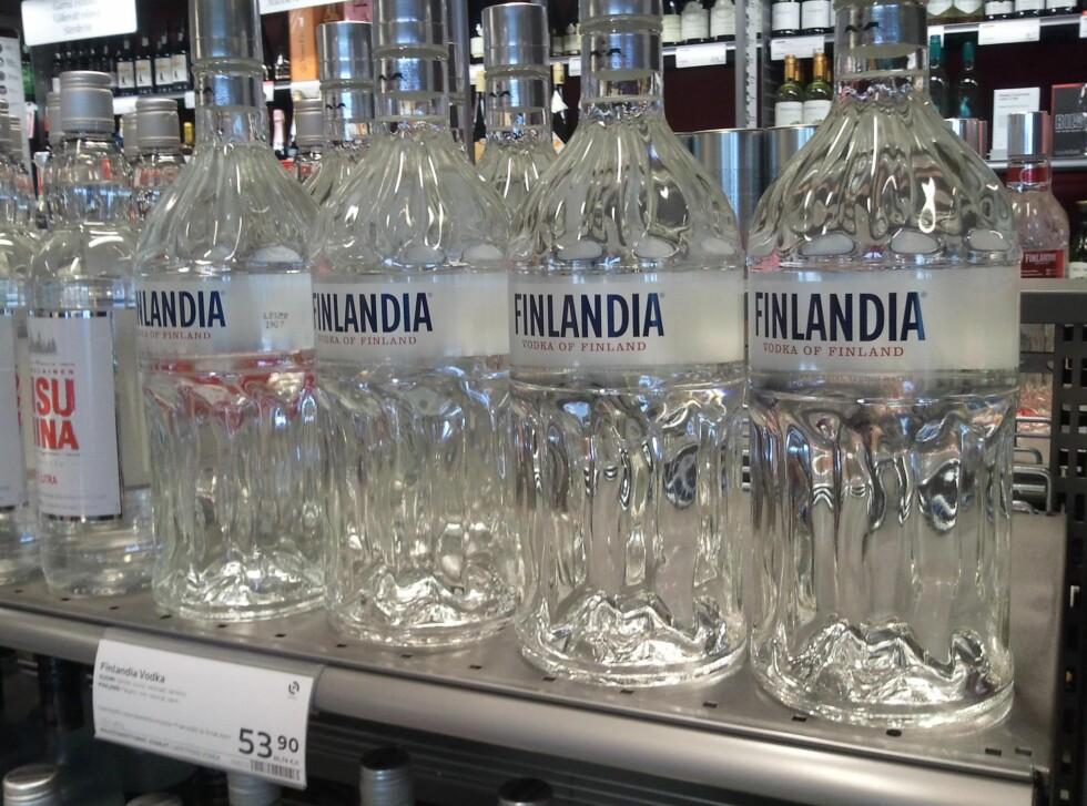 Finskprodusert vodka, her i flasker på 1,75 liter, som nordmenn ikke kan ta med hjem over grensen på grunn av størrelsen på flasken. Og prisen? Den samme som for bare én liter Finlandia i Norge...          Foto: Berit B. Njarga