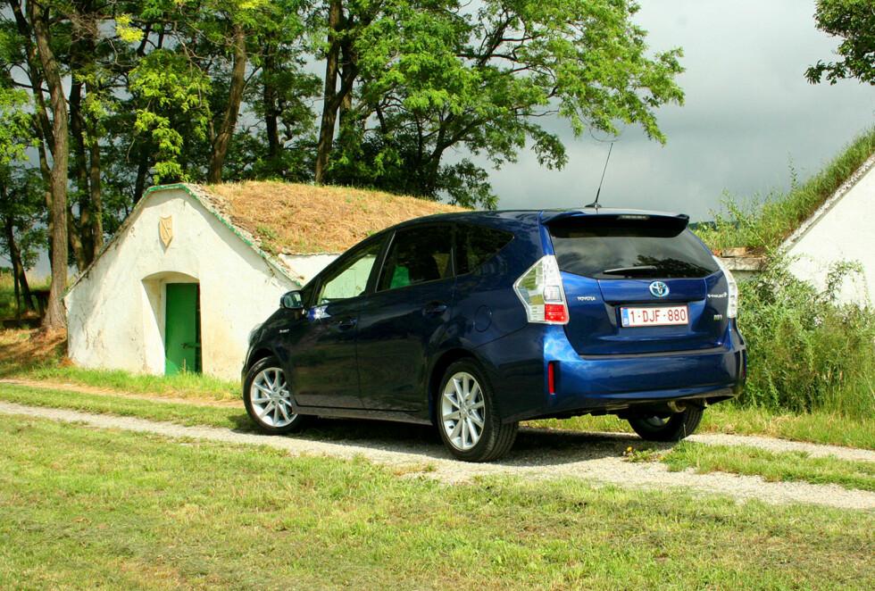 ØKONOMISK SYVSETER: Det er en grunn til at flerbruksbilen Toyota Prius +Seven er populær som taxi. Særlig ved småkjøring kan forbruket bli lavt. Foto: KNUT MOBERG