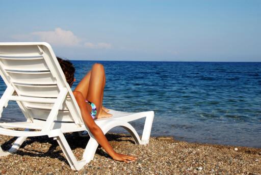 UTEN EN TRÅD: Det kan være fristende å lage verdisakene ligge på hotellrommet når du skal på stranden. Men husk å låse dem inne i en safe. Foto: Colourbox.com