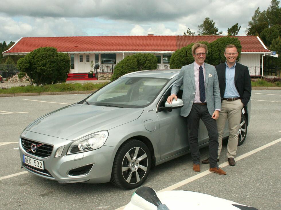 Johan Rasmusson og Rune Gutteberg Hansen er henholdsvis kommersiell prosjektleder internasjonalt for Volvo V60 Plug-in Hybrid og informasjonssjef i Volvo Norge. Ingen av dem prøver å skjule stoltheten over å kunne presentere denne verdensnyheten som åpner for nye perspektiver på veien mot mer bærekraftig privatbilisme. Foto: Knut Moberg