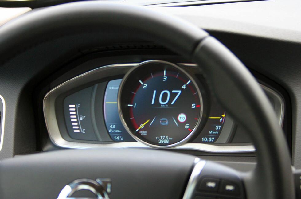 """SPESIELT: Instrumentpanelet i Volvo V60 Plug-in Hybrid D6 AWD er en heldekkende LED-skjerm. Her ser vi at fremdriften i ren elektrisk modus er upåklagelig; med turtelleren på null er hastigheten 107 kilometer i timen. Det er mulig å komme opp i vel 120 km/t i """"Pure""""-modus - altså med ren eldrift. Foto: Knut Moberg"""