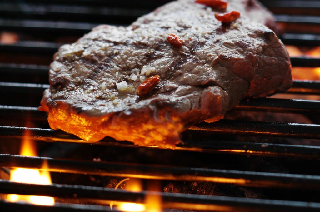 <b>Nei, nei, nei!</b> Vent til flammene har slukket og all tennvesken har brent ut, før du legger på kjøttet. Foto: colourbox.com
