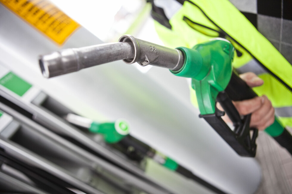 Lavere råoljepriser vil gi billigere bensin. Foto: Per Ervland