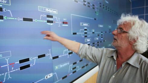 Einar Sørlie, togleder ved Jernbaneverkets trafikkstyringssentral i Oslo, forklarer hva tegnene på skjermen betyr. Foto: Per Ervland