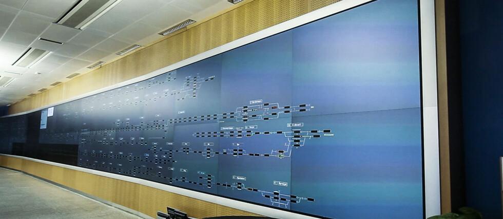 HERFRA STYRES TOGTRAFIKKEN: Denne skjermen er 30 meter lang, og viser plasseringen på alle tog innenfor kontrollsentralens område - samt annen informasjon om tunneler, perronger osv. Foto: Per Ervland
