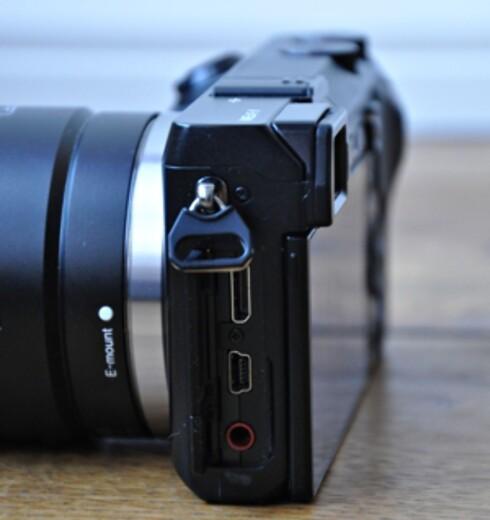 Bak lukene på venstre side, skjuler det seg HDMI-utgang, USB-tilkobling og inngang for ekstern mikrofon.