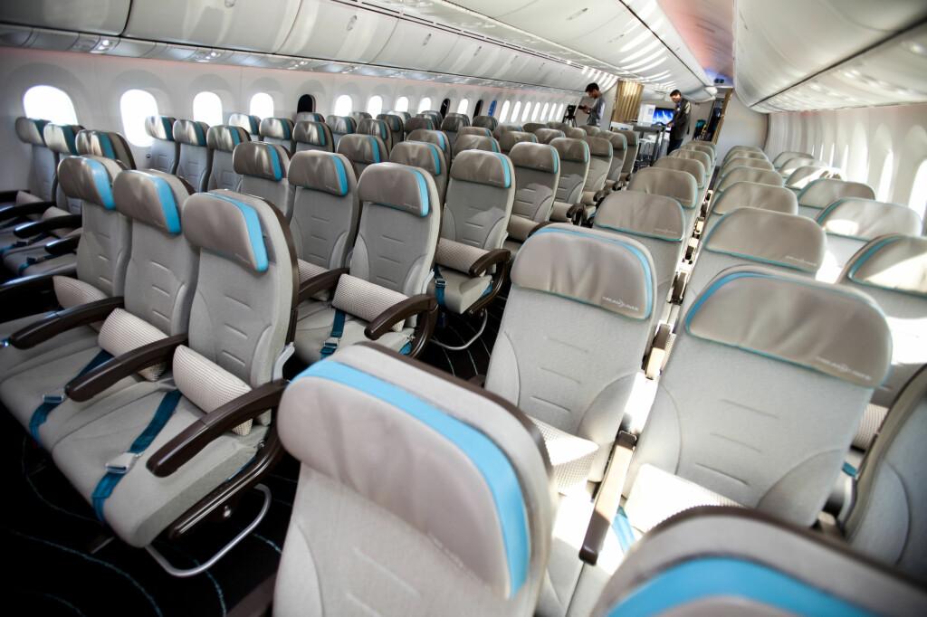 <b>VELG SETET VED MIDTGANGEN:</b> På lange flyturer er setet ved midtgangen ofte det beste valget. Her ser du bilde av Dreamliners økonomiklasse. Foto: Per Ervland