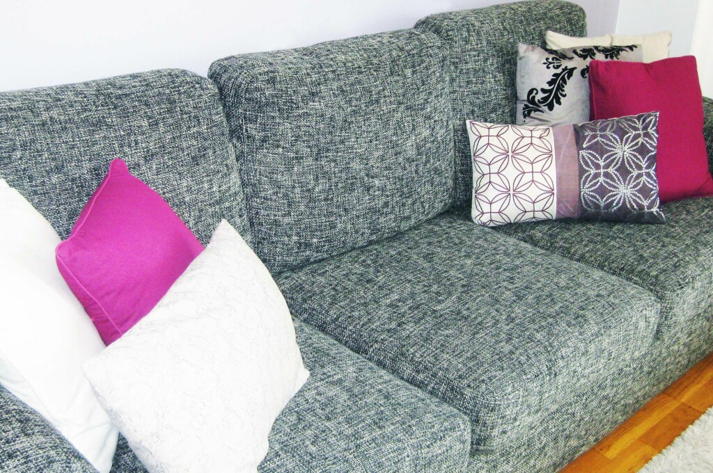 Pynteputer i friske farger løfter helhetsinntrykket. Trikset kan gjerne også benyttes på soverommet. Foto: Siri Hoem Gunnheim