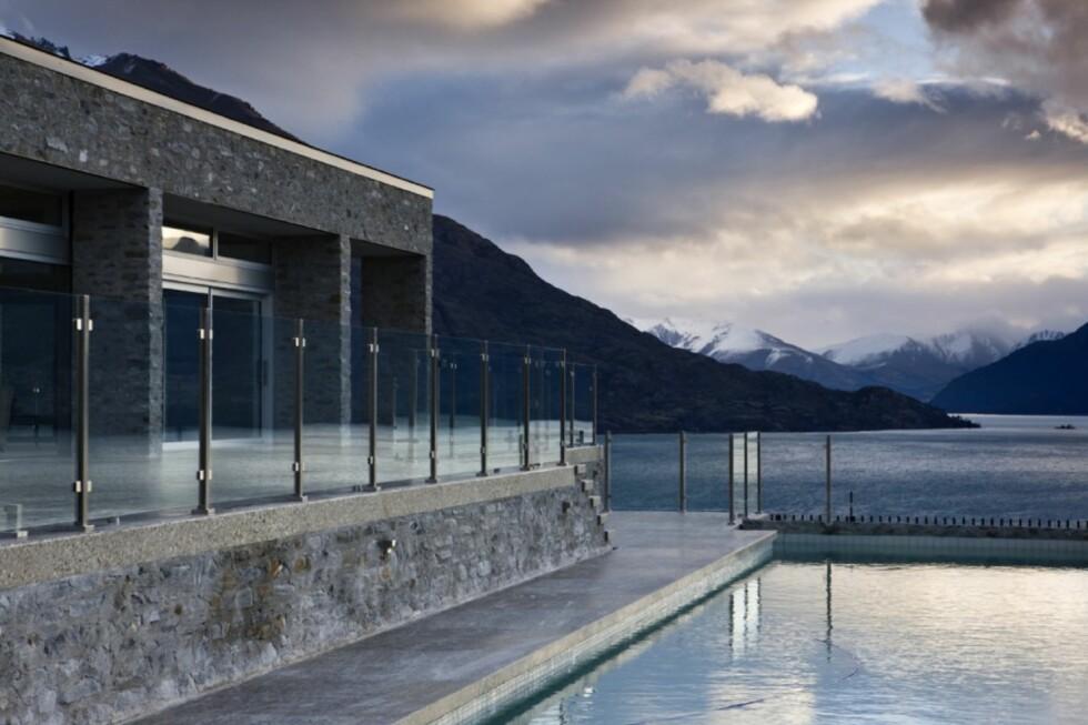 LOCATION LOCATION LOCATION: Det er, for å si det forsiktig, lite å utsette på beliggenheten til svømmebassenget som ledsager Coburn Residence ved Lake Wakatipu i New Zealand. Foto: Simon Devitt