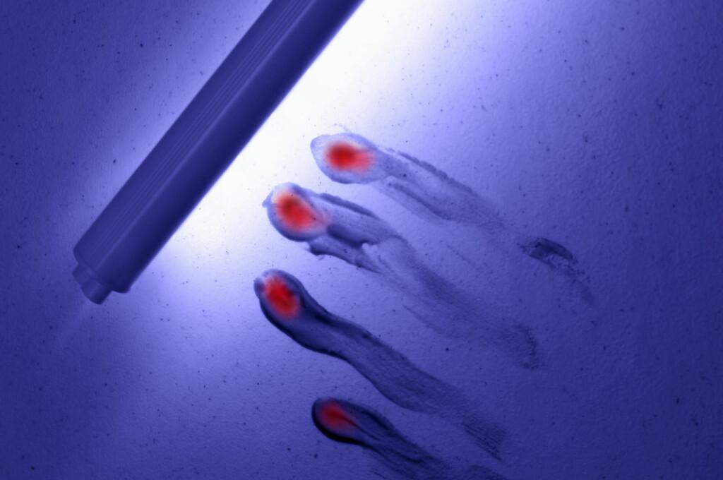 Hotellpersonalet skal bruke teknikker mest kjent fra politiets etterforskningsmetoder. Black light er ultrafiolett lys i et spekter som ikke oppfattes av det menneskelige øye, men som sørger for at andre objekter «lyser opp» og skaper spesielle effekter/synsinntrykk, ifølge Wikipedia. Foto: Alloverpress
