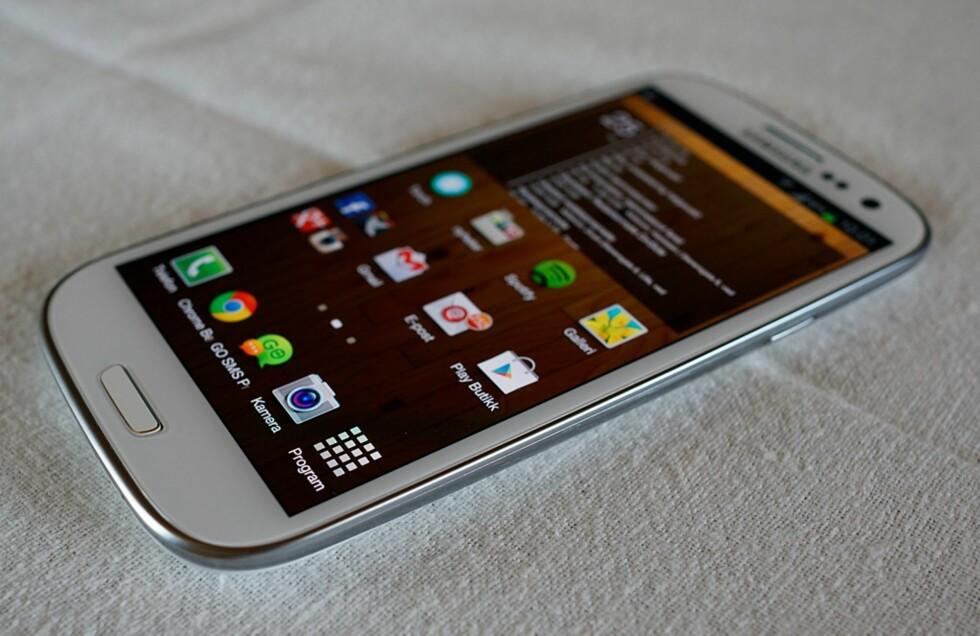 Super AMOLED HD-skjermen på Samsung Galaxy S III byr på særdeles sterke farger og et dypt sortnivå. Foto: Pål Joakim Olsen
