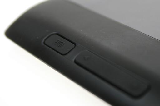 TUNGVINDT Motorola Xoom 2 har låseknappen bak. Den er selv etter en hel testuke vanskelig å treffe.  Foto: Ole Petter Baugerød Stokke