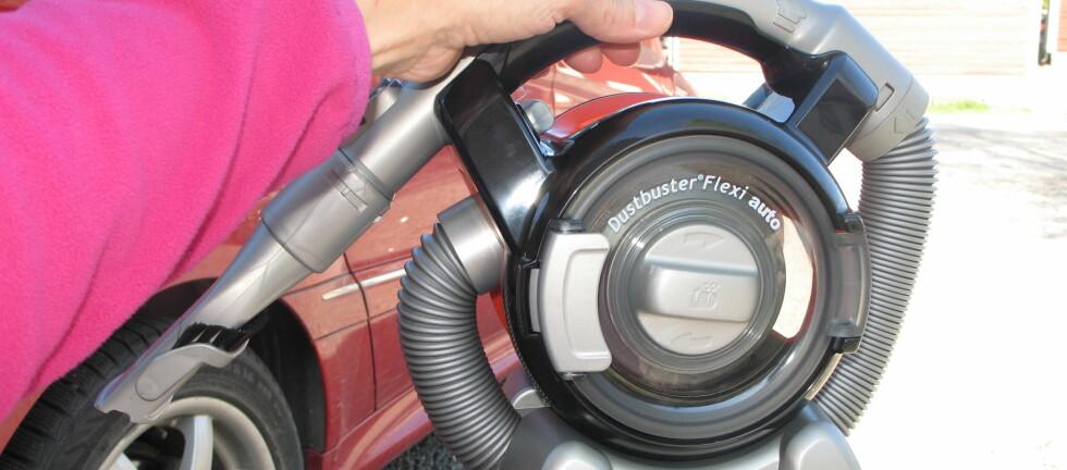 TEST AV HÅNDSTØVSUGER: Black & Decker Dustbuster Flexi Auto (PAD1200) er en håndstøvsuger for bil - eller en bilstøvsuger om du vil. Den drives av strøm fra bilens eget 12-volts uttak. Er det noe fart i den, da? Vi har testet - se konklusjonen nederst i saken. Foto: Kristin Sørdal