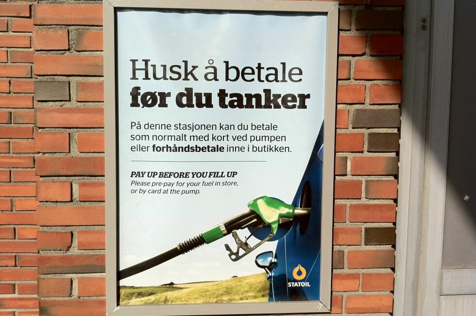 En stasjon i Oslo tester ut forhåndsbetalingen for drivstoff. I snitt har det vært mer enn ett tilfelle av at noen stikker fra regningen. Foto: Fred Magne Skillebæk
