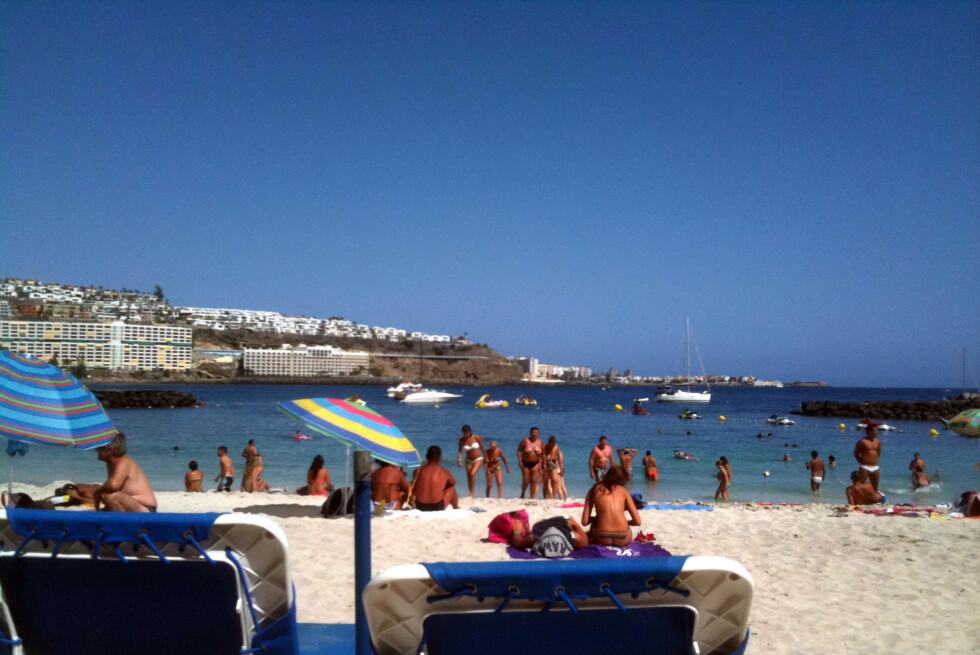 PEST ELLER KOLERA? Det blir fort varmt å ligge på stranden på Gran Canaria nå om dagen. Med manetinvasjon er det heller ikke spesielt hyggelig å kjøle seg ned i varmen.  Foto: Silje Ulveseth