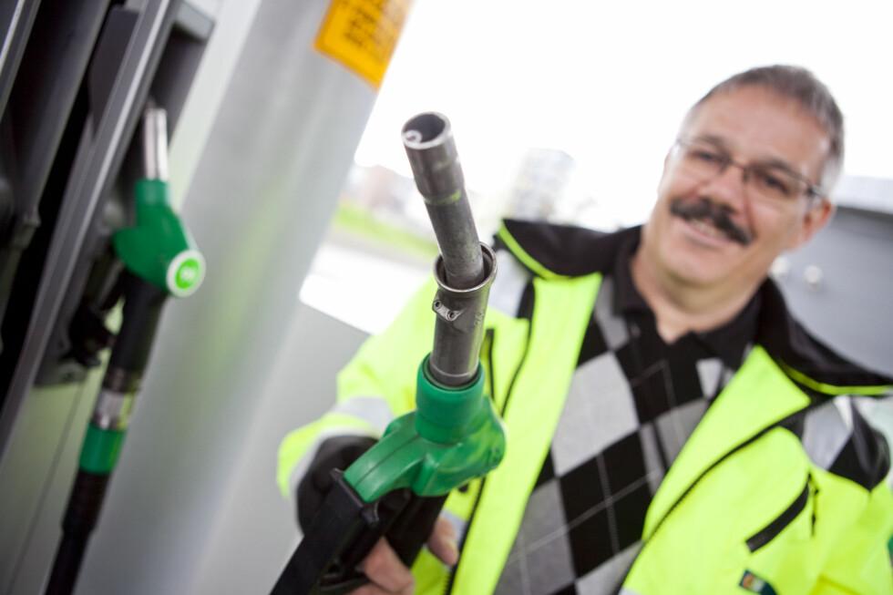 SPESIELL BENSINPISTOL: Bjørn Ivar Larsen, teknisk leder i Statoil Fuel & Retail Norge AS, viser den spesielle bensinpumpepistolen. Foto: PER ERVLAND