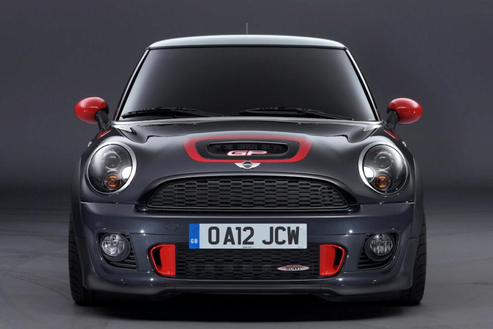 Dette er en av de raskeste småbilene rundt Nürburgring, og krever sin sjåfør.  Foto: Mini