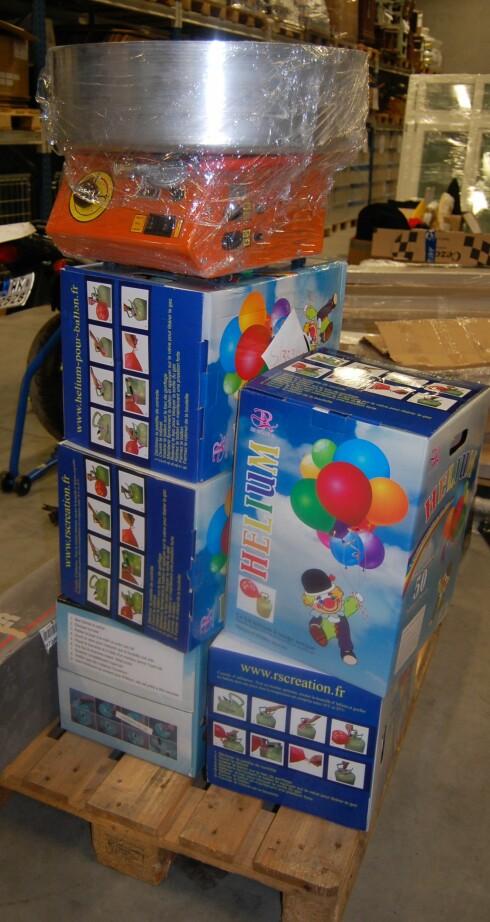 Sukkerspinnmaskinen og ballonger med helium ble stående igjen på grensen. Foto: Tollvesenet