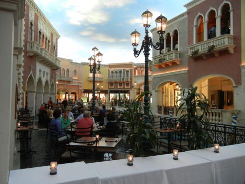 Deler av hotellet The Venetian i Las Vegas er innredet for å likne slik det ser ut i Venezia i Italia, med kanaler, små gater og restauranter. Hotellet inneholder også et gigantisk kasino, som er et av de mest populære i Las Vegas. En blåkopi av hotellet ligger også i Macau. Foto: Stilgherrian, flickr.com