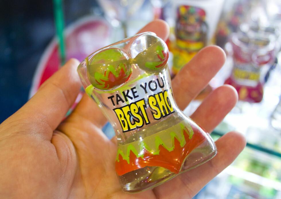 """Nok et schtilig shotglass. """"Take your best shot"""", haha! Ja, de kan få sagt det.  Foto: Silje Ulveseth"""