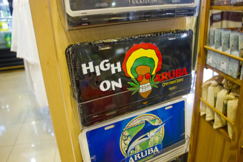 """Skilt og klistremerker er fint å ha på soveromsdøren. """"High on Aruba"""" er vel en sikker vinner? Foto: Silje Ulveseth"""
