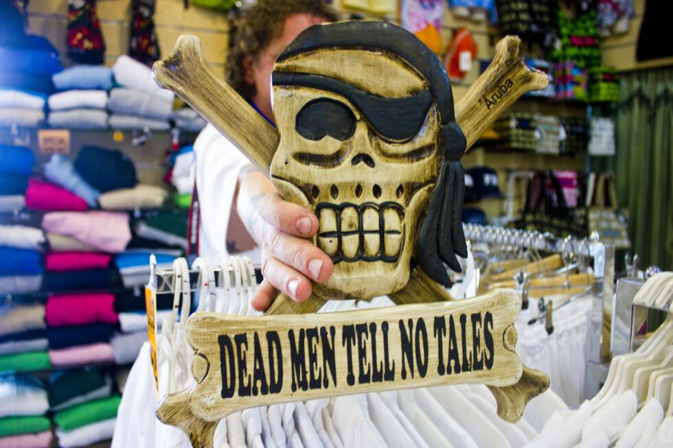 """Glem Kaptein Sabeltann, her er den skumleste suveniren: """"Dead men tell no tales"""".  Foto: Silje Ulveseth"""