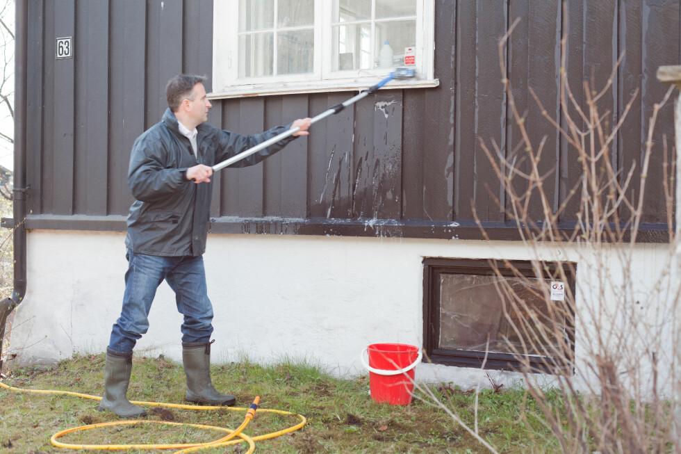 HUSVASKEN KAN ØDELEGGE VINDUENE: Husvask og andre kjemikalier kan ødelegge vinduene dersom du har selvrensende vinduer. Foto: Kristian Owren / Ifi.no