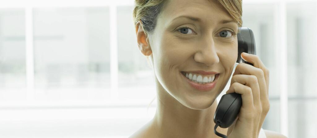 HENGER I TYNN TRÅD: Fasttelefonen blir stadig mindre populær, og nå vil operatørene fase den ut.  Foto: Colourbox.com