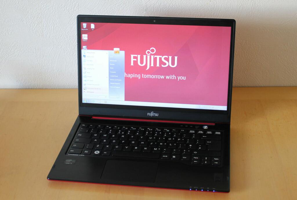 Tynnere, raskere, større skjerm, og ikke minst - et rålekkert utseende. Fujitsu sparker i gang en ny generasjon Ultrabooks. Foto: Bjørn Eirik Loftås