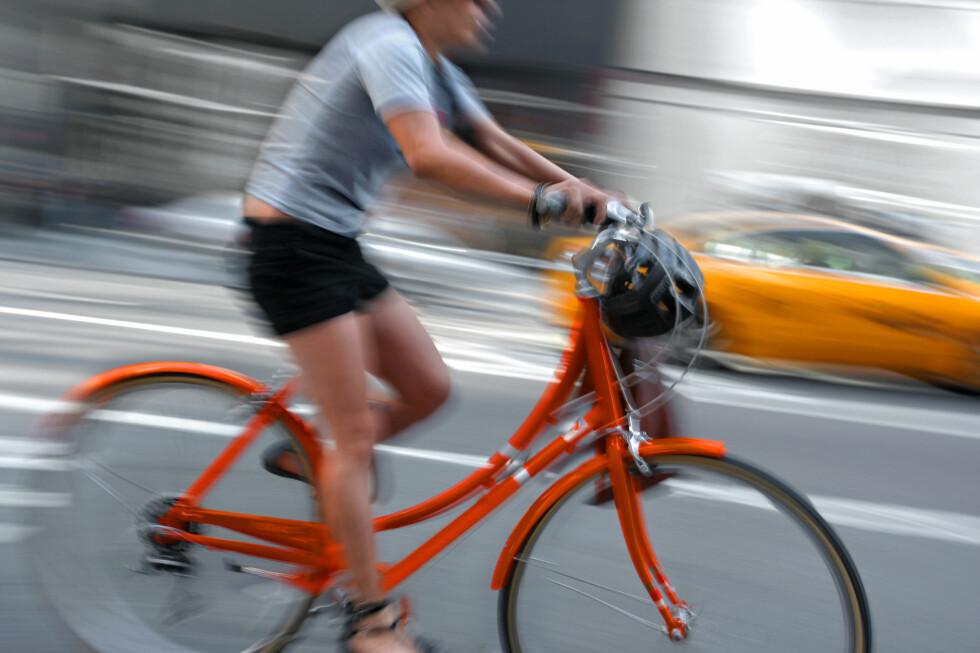 Det er lurt å se seg for når man er ute og sykler. Har du ikke forsikring kan det koste deg dyrt hvis du kjører på noen.  Foto: Colourbox.com