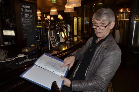 Vidar Brede (62) sitter i baren og peker på alle de ulike alternativene han har når han skal velge øl. For han er det ikke om å gjøre å finne den billigste ølen, men den beste.  Foto: Fanny Ofstad