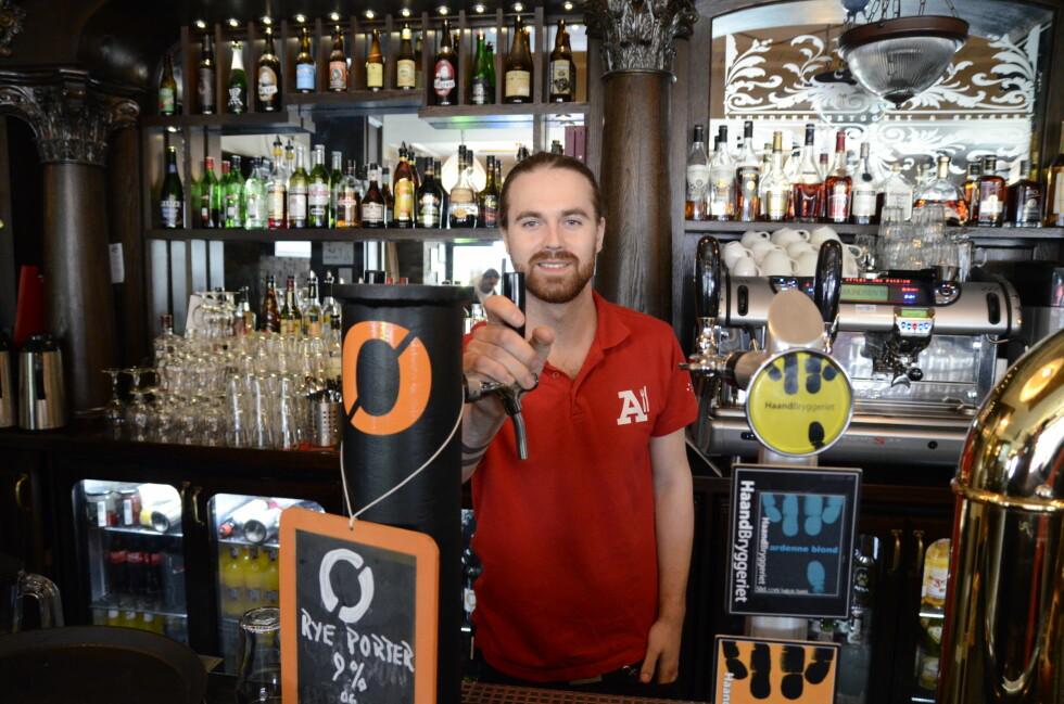 Bartender Joel Dunder (25) forklarer om øl og trender. Han synes det er veldig spennende å jobbe i bransjen og bli kjent med nye smaker av den populære drikken. Foto: Fanny Ofstad