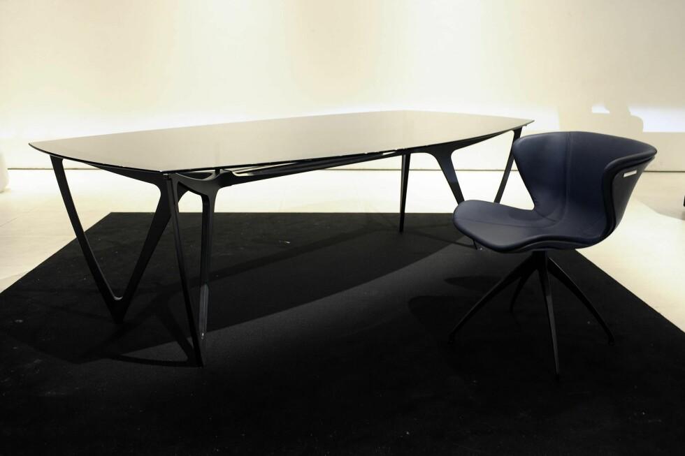 Spisestue med bord og stol. Bordet er 248 centimeter langt og 90 centimeter bredt, med bein i aluminium. Bordplaten er i glass, og beina kan du få i matt alumminium eller grafittsvart. Foto: Mercedes-Benz