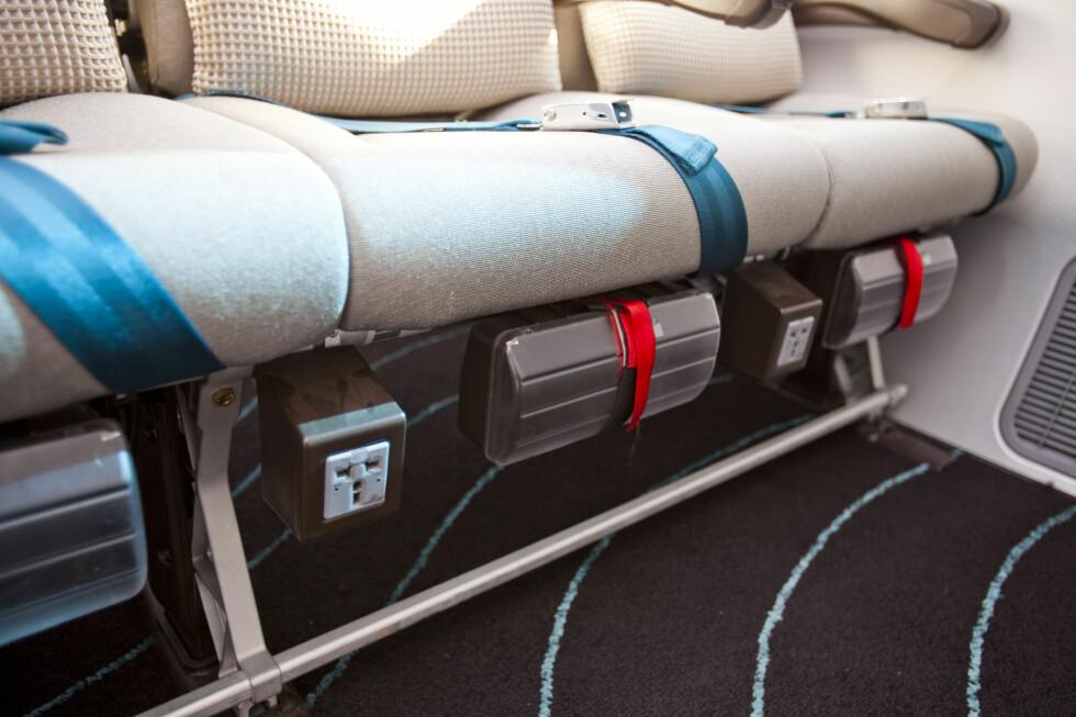 Sjekk under stolen! Her kan du lade elektronisk utstyr som laptop, nettbrett, telefoner og MP3-spiller. Foto: Per Ervland