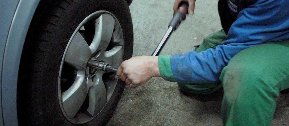Å skifte dekk er ingen kunst. Husk riktig lufttrykk, og etterstram etter litt kjøring.  Foto: Colourbox.com